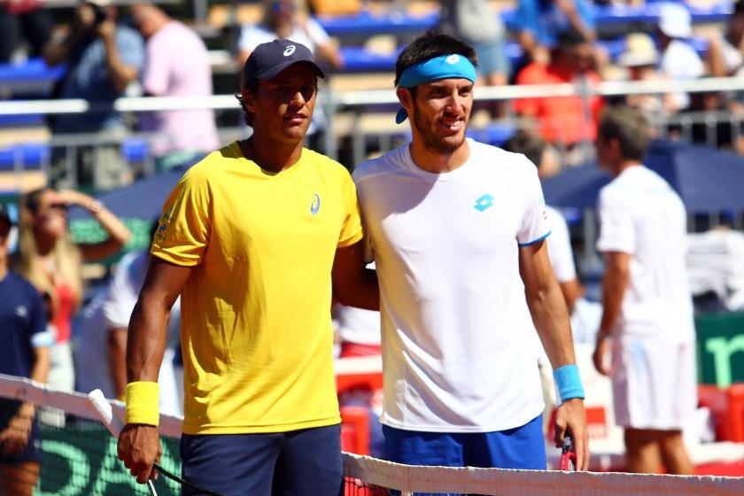 João Souza (Feijão) e Leonardo Mayer antes do jogo que ficaria marcado como o mais longo da Copa Davis, em Buenos Aires, 2015. Crédito: Cristiano Andujar/CBT