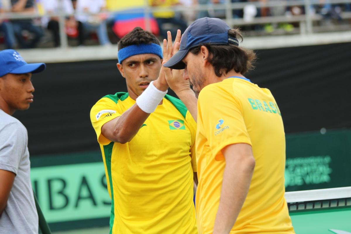 Brasil sai no lucro e pode jogar em casa na novaDavis