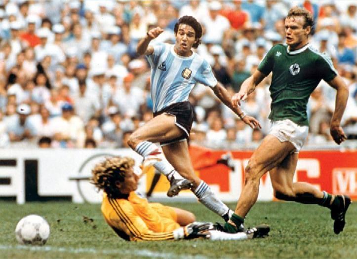 Jorge Burruchaga chuta na saída do goleiro Harald Schumacher para marcar o gol do título da Argentina na final da Copa do Mundo de 1986, no estádio Azteca, no México