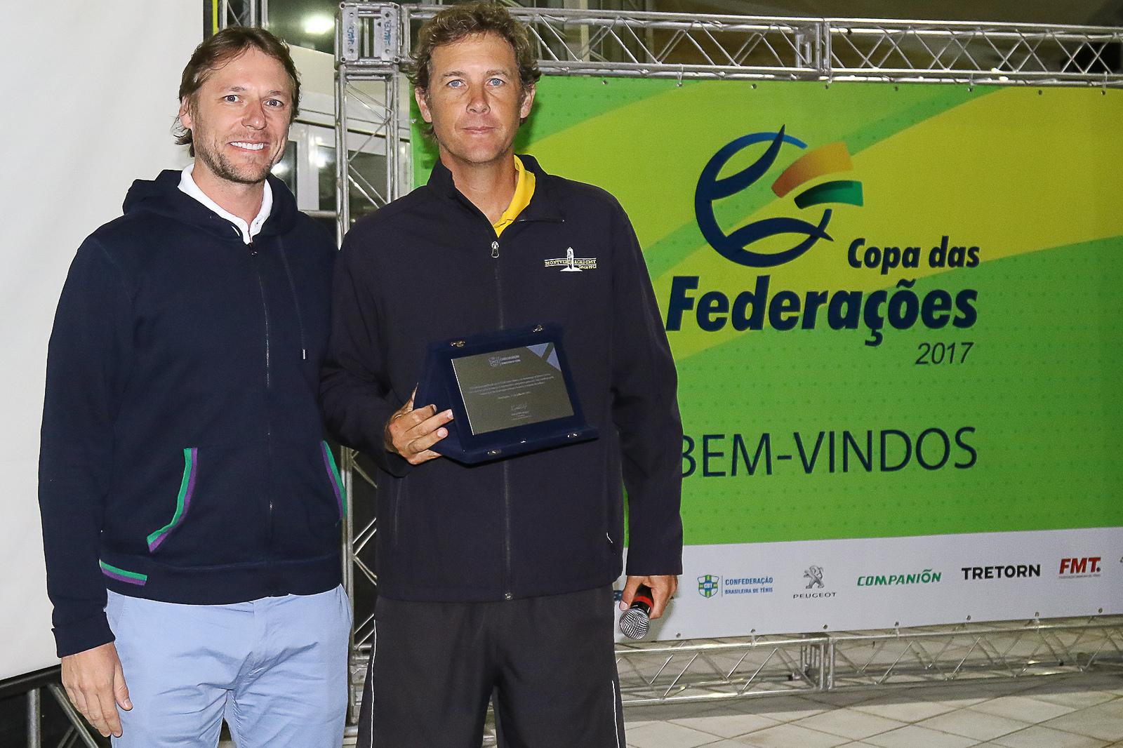 Jaime Oncins homenageado pela CBT durante Campeonato Brasileiro